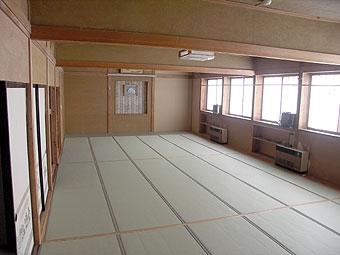 10分で畳から絨毯への変更が可能なリバーシブル畳を採用。窓には防音遮光カーテンが取り付けてあります。